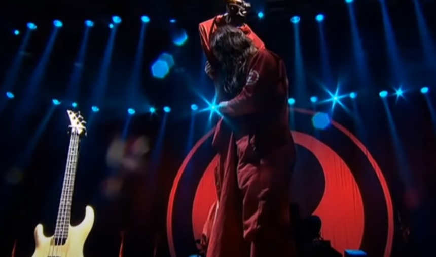 Til We Die: Ο Joey Jordison αγκαλιά με τη στολή του Paul Gray - Roxx.gr