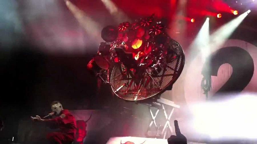 Η πλατφόρμα που αναποδογύριζε, η πεντάλφα και το απίθανo σόλο του Joey Jordison - Roxx.gr
