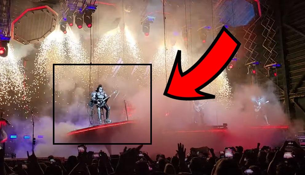 Παραλίγο να πέσει από την πλατφόρμα ο Gene Simmons στην έναρξη του σόου των Kiss! - Roxx.gr